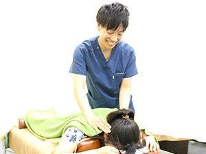 首肩の施術の様子写真